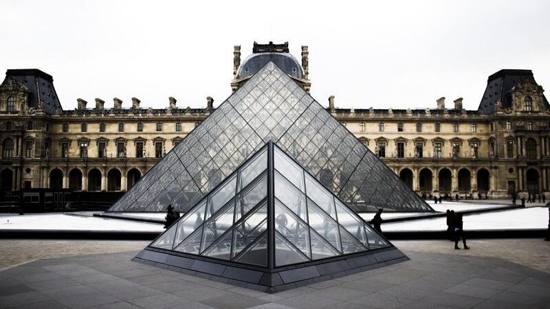 piramida luwru w paryżu